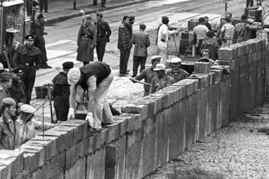 Building the Berlin Wall in 1961